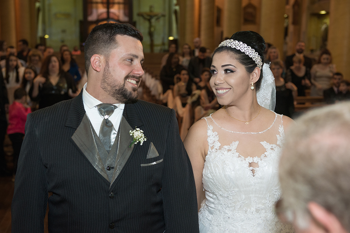 Noivo e noiva trocando um belo olhar durante a cerimonia de casamento.