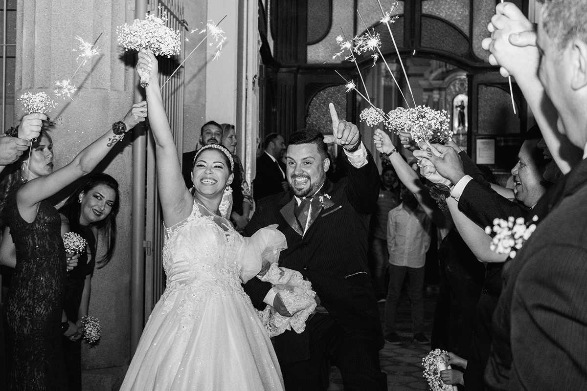 Foto da saida dos noivos da igreja.