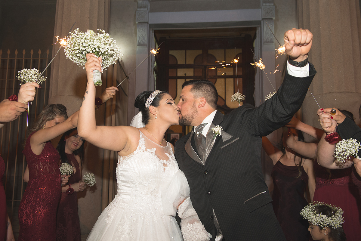 Foto da saida dos noivos da igreja
