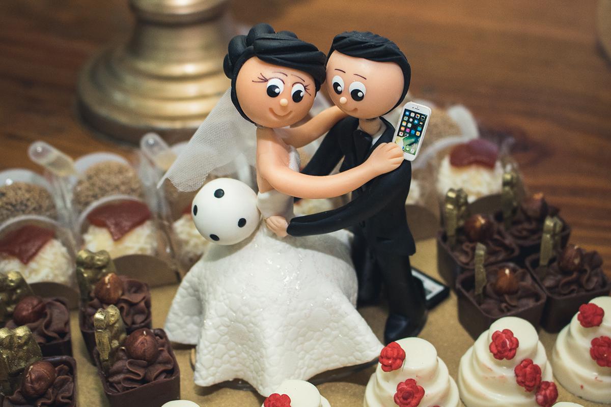 Detalhe da decoração do bolo dos noivos, noivinhos em miniatura.