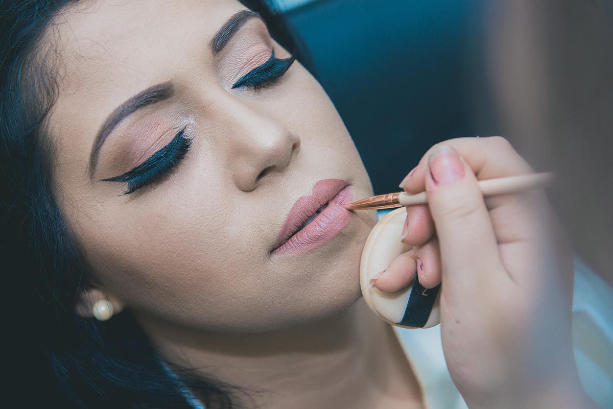 Linda foto do final do make up da noiva. Foto do detalhe dos labios da noiva durante o make