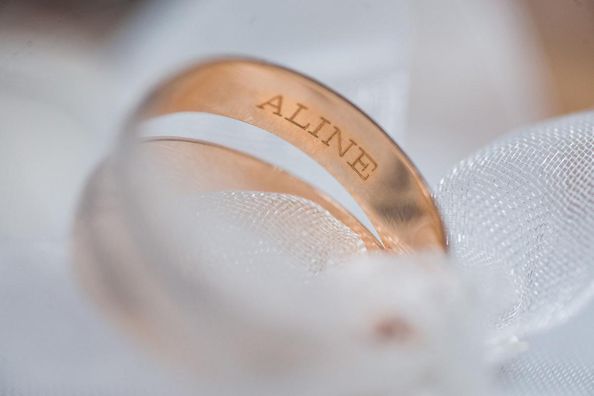 Detalhe da aliança do noivo durante o make of da noiva. Foto por Marco Moscarelli