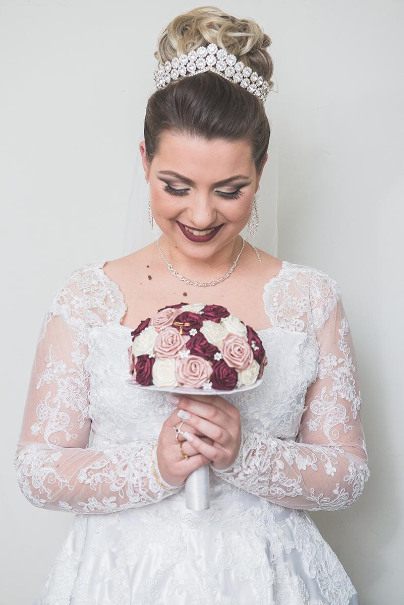 Detalhe da aliança do noRetrato da noiva. Foto por Marco Moscarelli