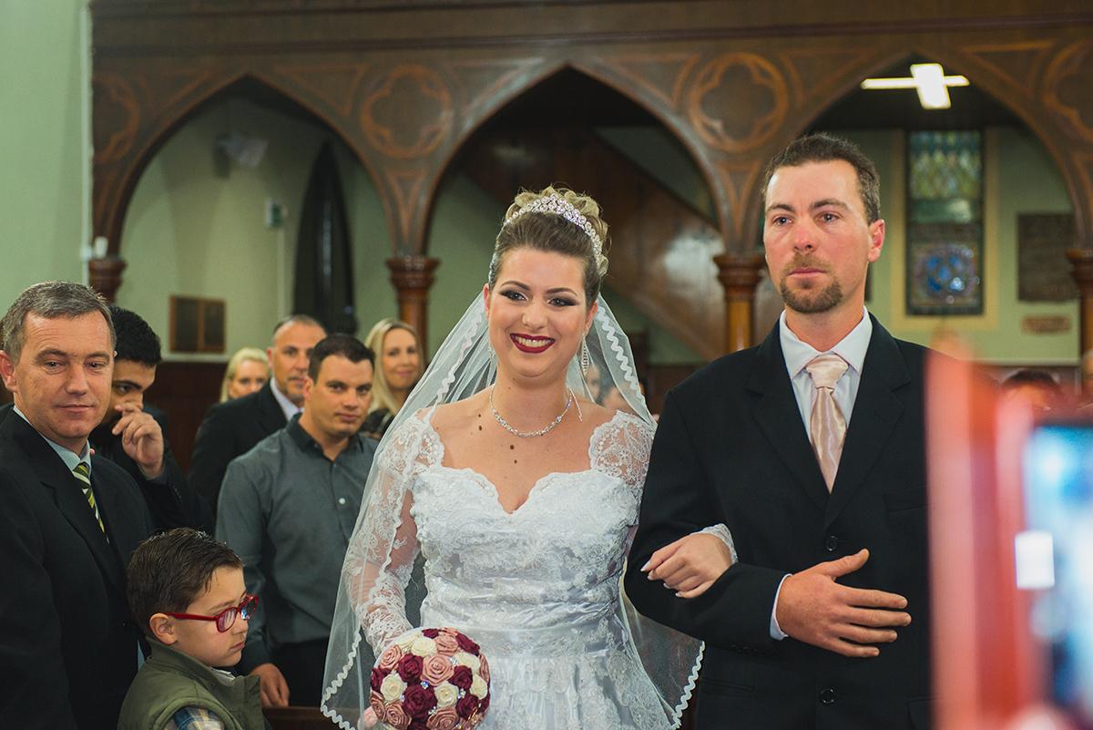 Detalhe do sorriso da noida durante a entrada na cerimonia de casamenot. Foto por Marco Moscarelli