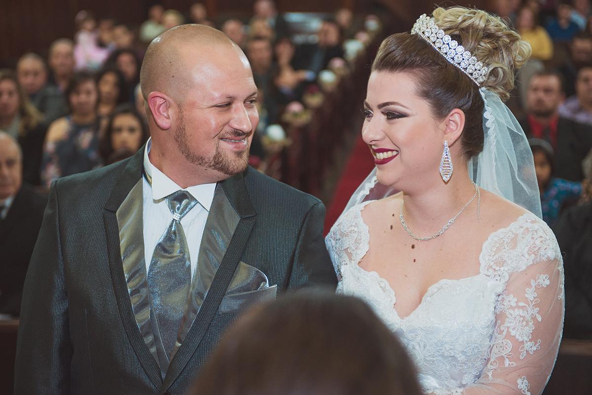 Lindo momento dos noivos trocando um belo sorriso durante o casamento. Foto por Marco Moscarelli