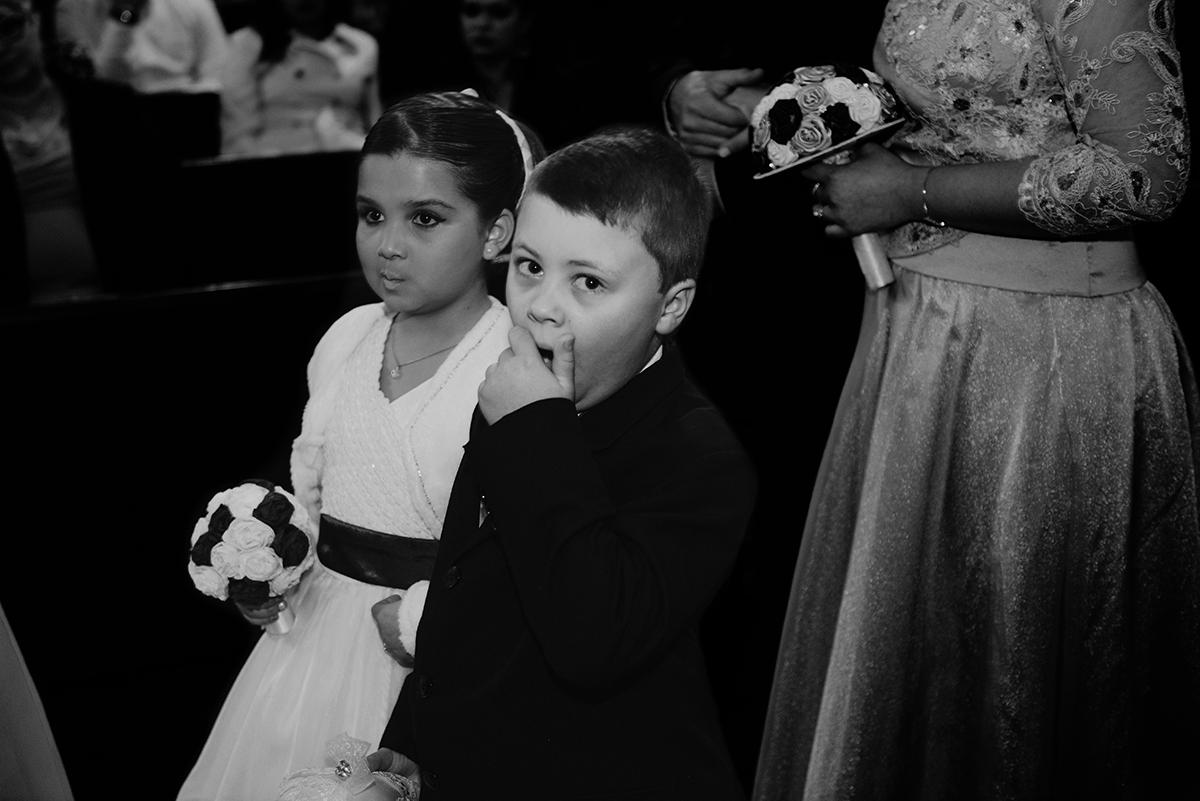 Lindo flagrante do pequeno pagen bocejando durante o casamento, fotografia em preto e branco. Foto por Marco Moscarelli