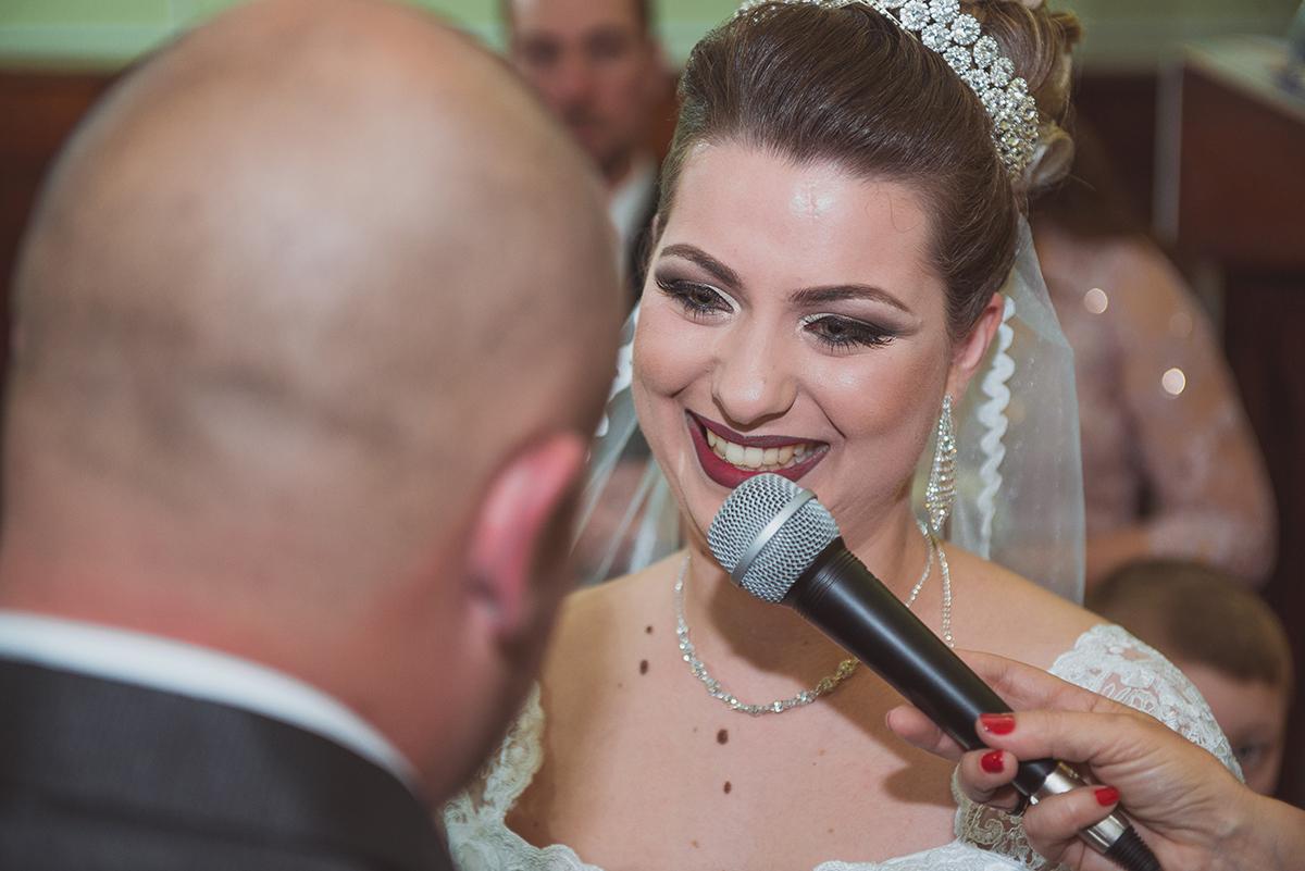 Linda foto da noiva chorando e sorrindo para o noivo durante os votos do casamento. Foto por Marco Moscarelli