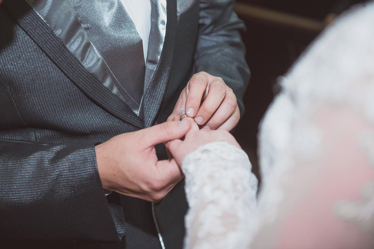 Troca de alianças durante o casamento. Foto por Marco Moscarelli
