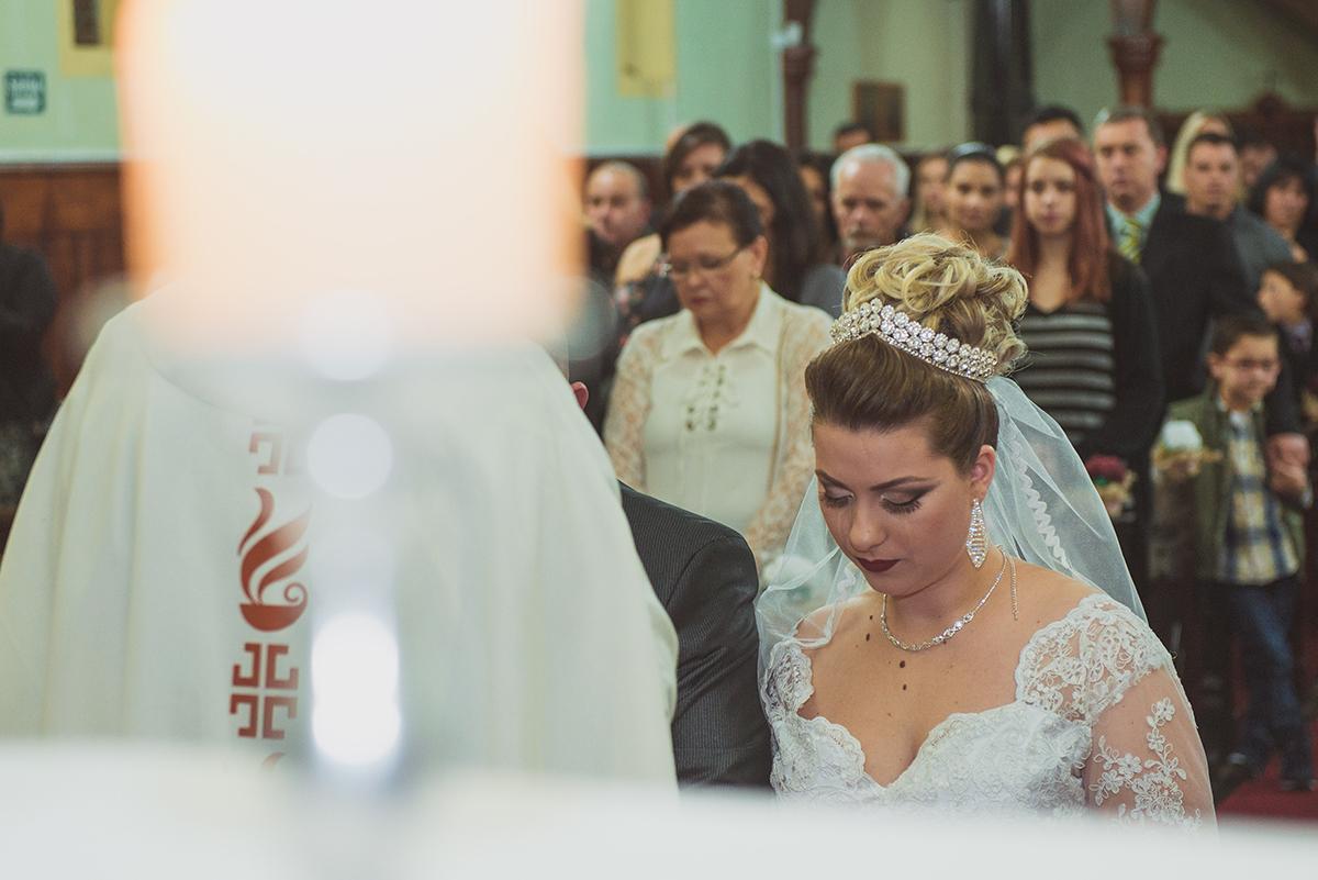 Detalhe da noiva no altar durante o casamento. Foto por Marco Moscarelli