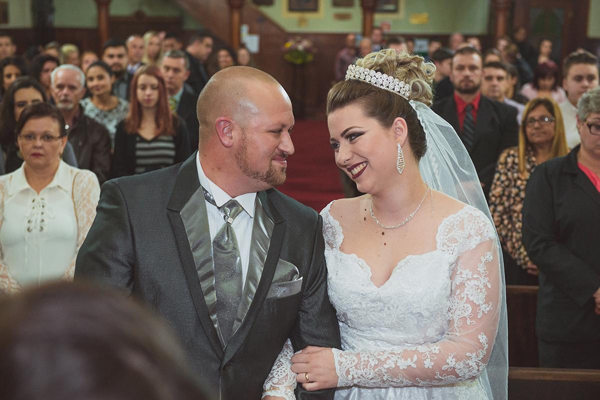Linda troca de sorrisos dos noivos durante o casamento. Foto por Marco Moscarelli