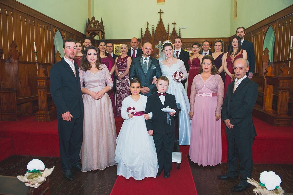 Foto oficial dos noivos, padrinhos e familiares no altar após o casamento. Foto por Marco Moscarelli.