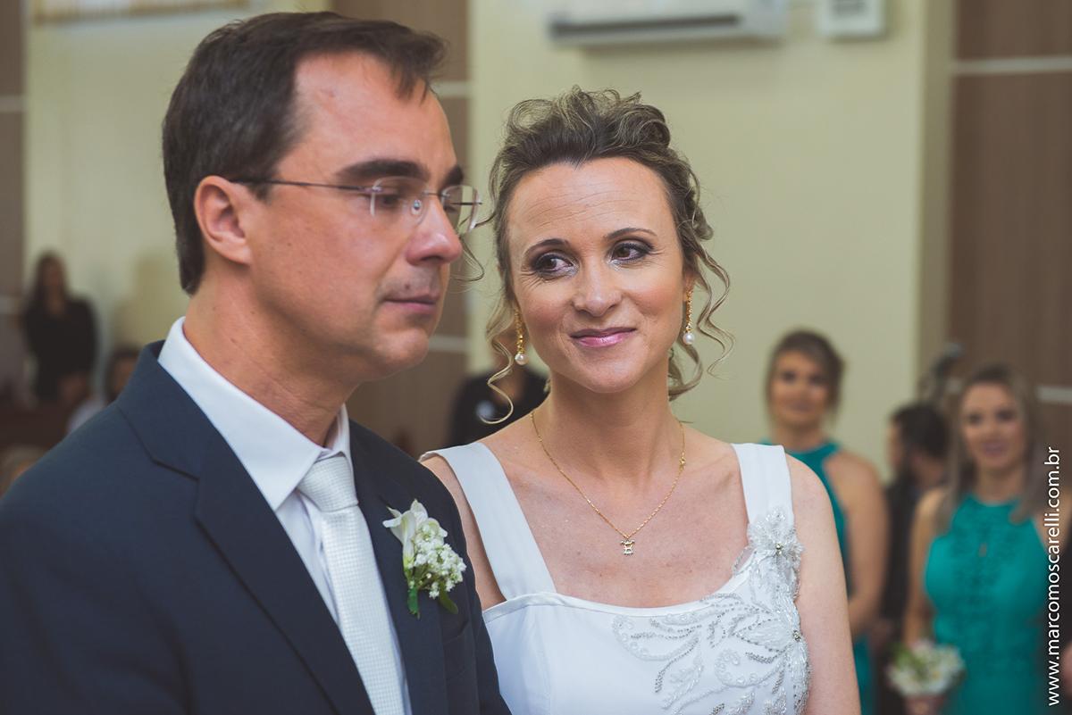 Olha lindo de amor da noiva para o noivo durante a cerimônia de casamento. Foto por Marco Moscarelli
