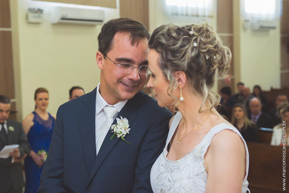 Noivos trocando olhares durante a crimonia de casamento. Foto por Marco Moscarelli