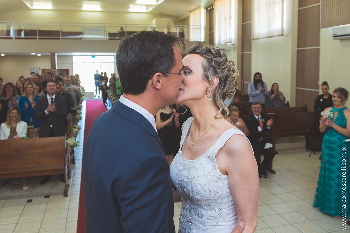 Foto em detalhe do beijo dos noivos ao final da cerominia de casamento. Foto por Marco Moscarelli