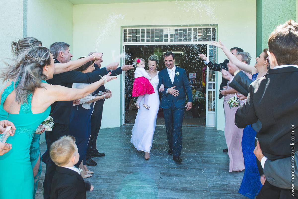 Momento da saida dos noivos da igreja após o casamento com muita chuva de arroz. Foto por Marco Moscarelli