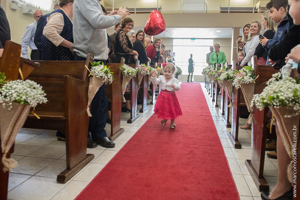 Entrada da daminha ou aia na cerimonia de casamento carregando um lindo blão vermelho em forma de coração. Foto por Marco Moscarelli