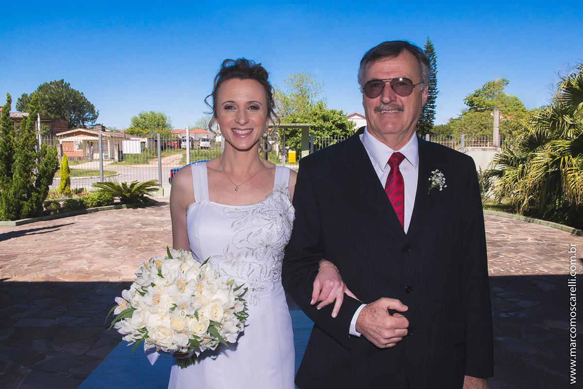 Noiva nos ultimos preparativos para entrar na igreja para o casamento acompanhada com o pai. Foto por Marco Moscarelli
