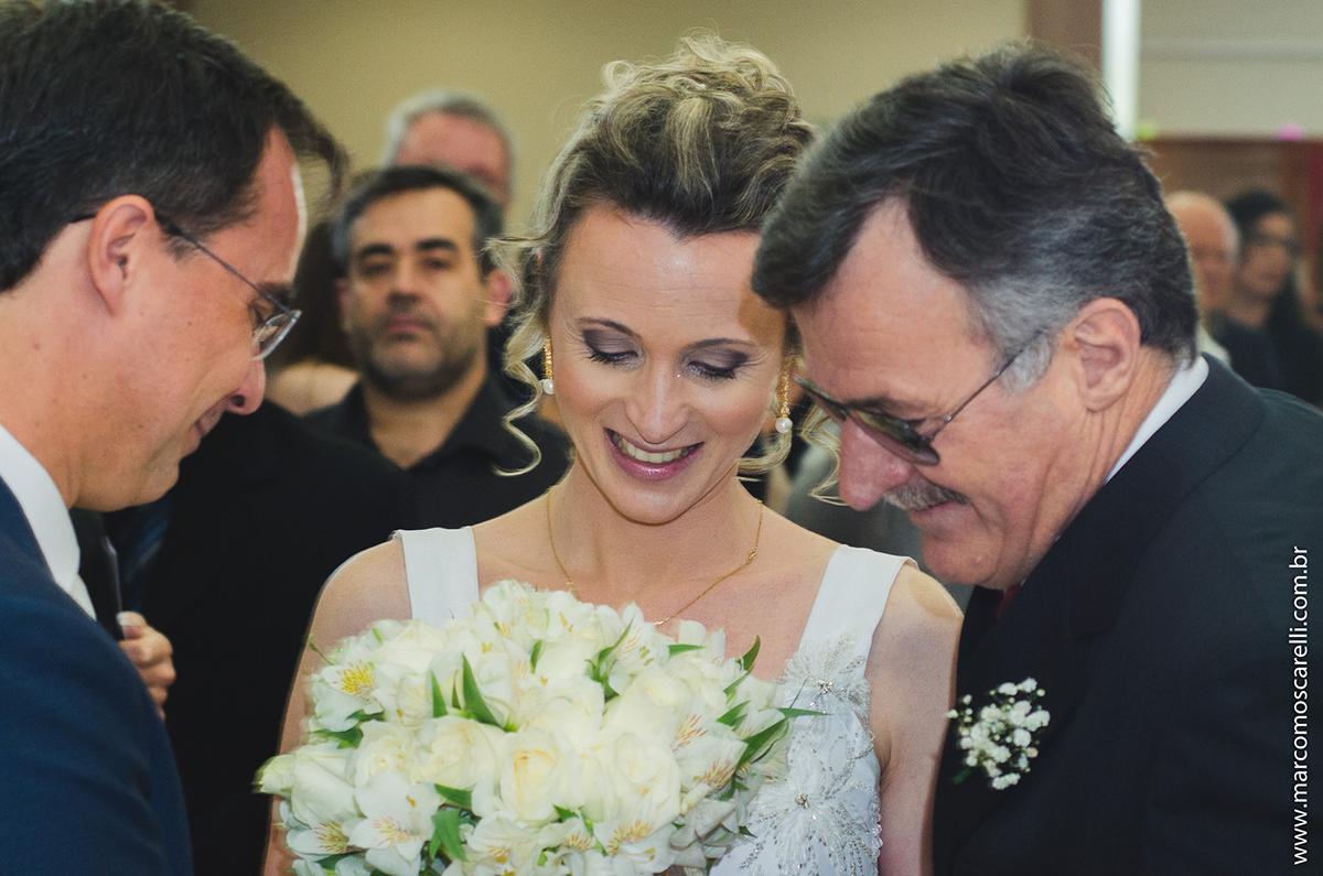 Momento em que o pai da noiva entrega para o noivo a sua futura esposa durante o casamento. Foto por Marco Moscarelli