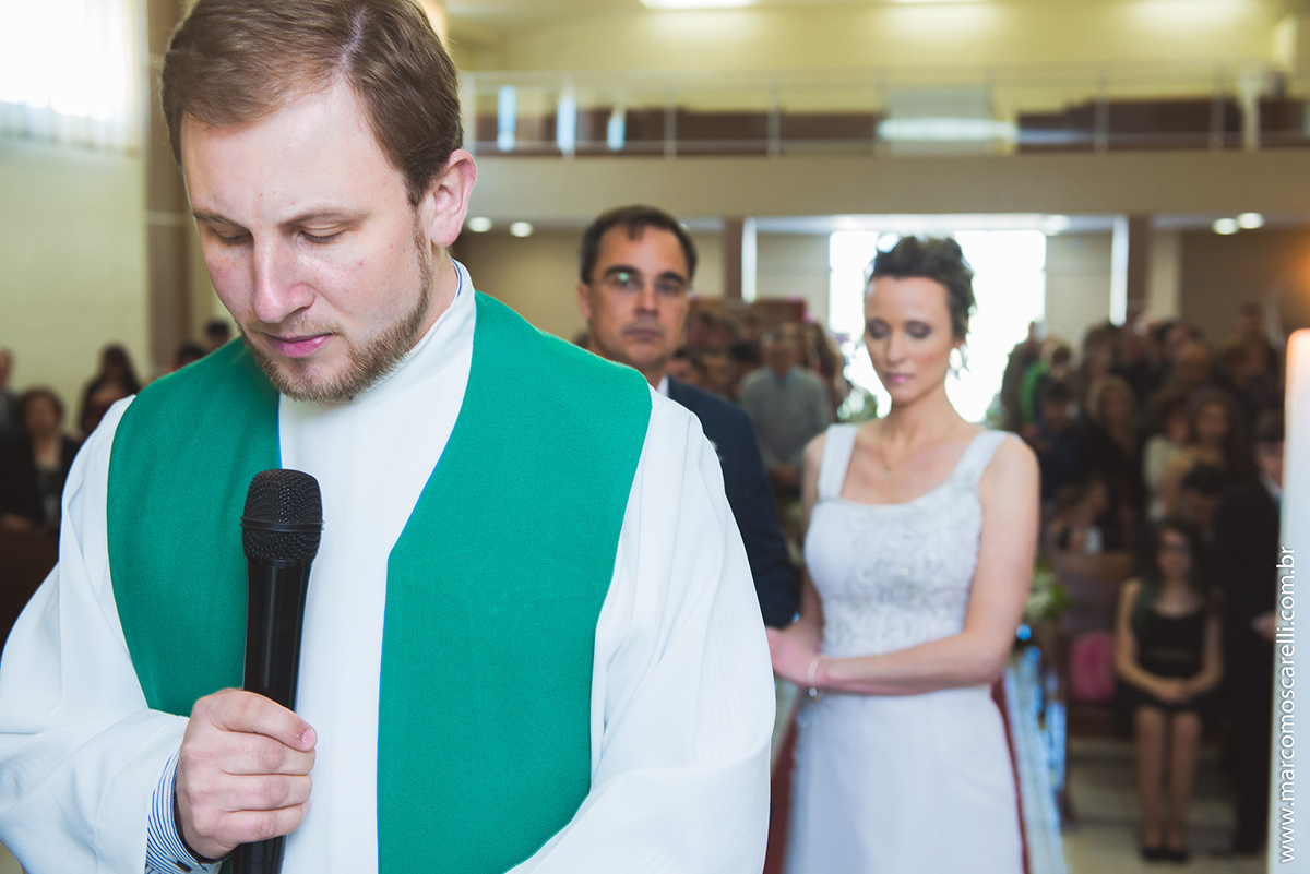 Detalhe da cerimonia de casamento no momento em que o padre faz oração. Fotp Por Marco Moscarelli
