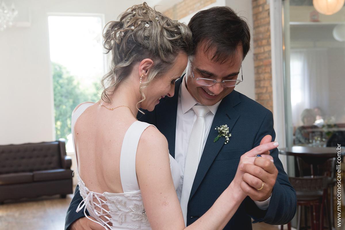 Dança dos novos em detalhe com lindo olhar dos noivos. Foto Por Marco Moscarelli