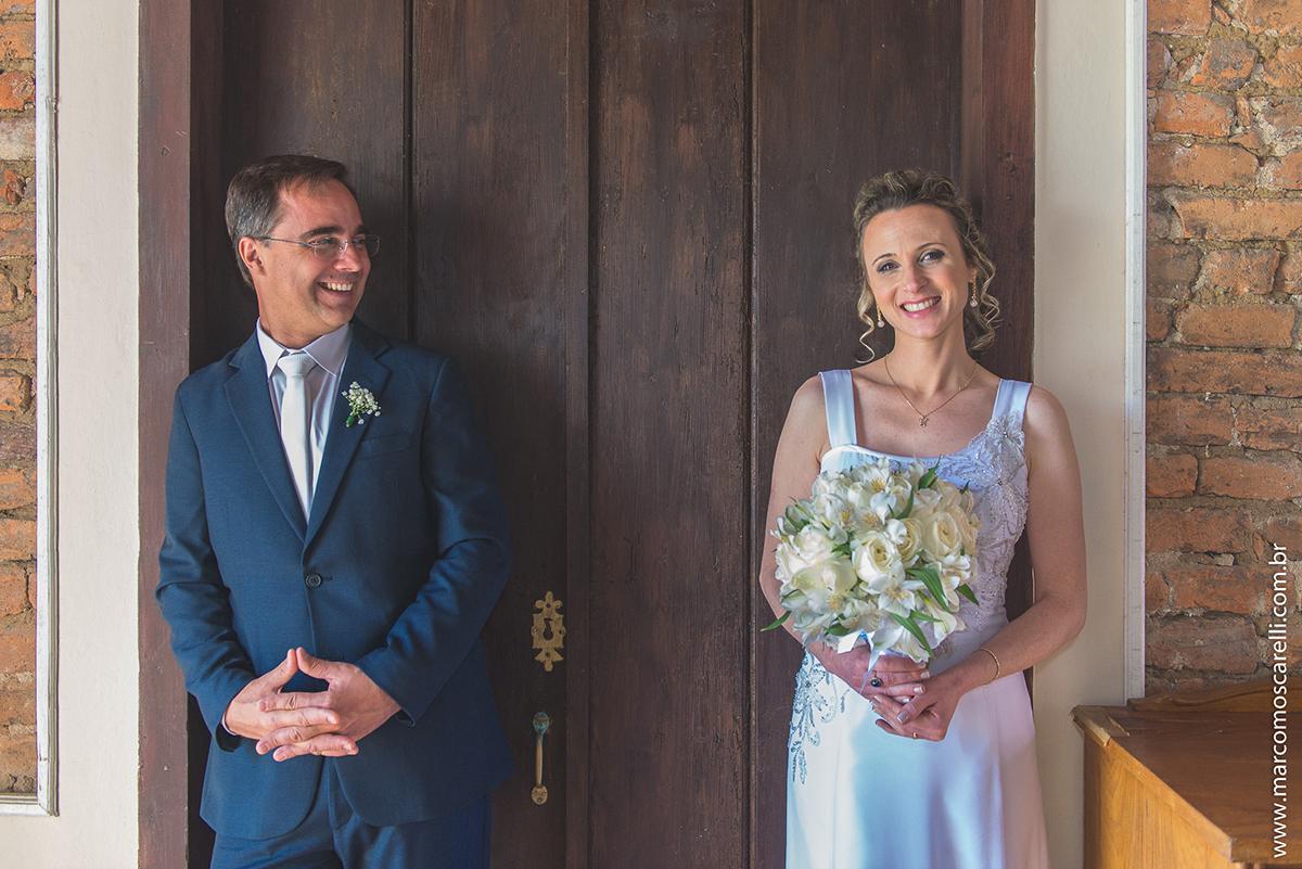 Noivos trocam olhares apaixonados durante seção de fotos após o casamento. Foto por Marco Moscarelli