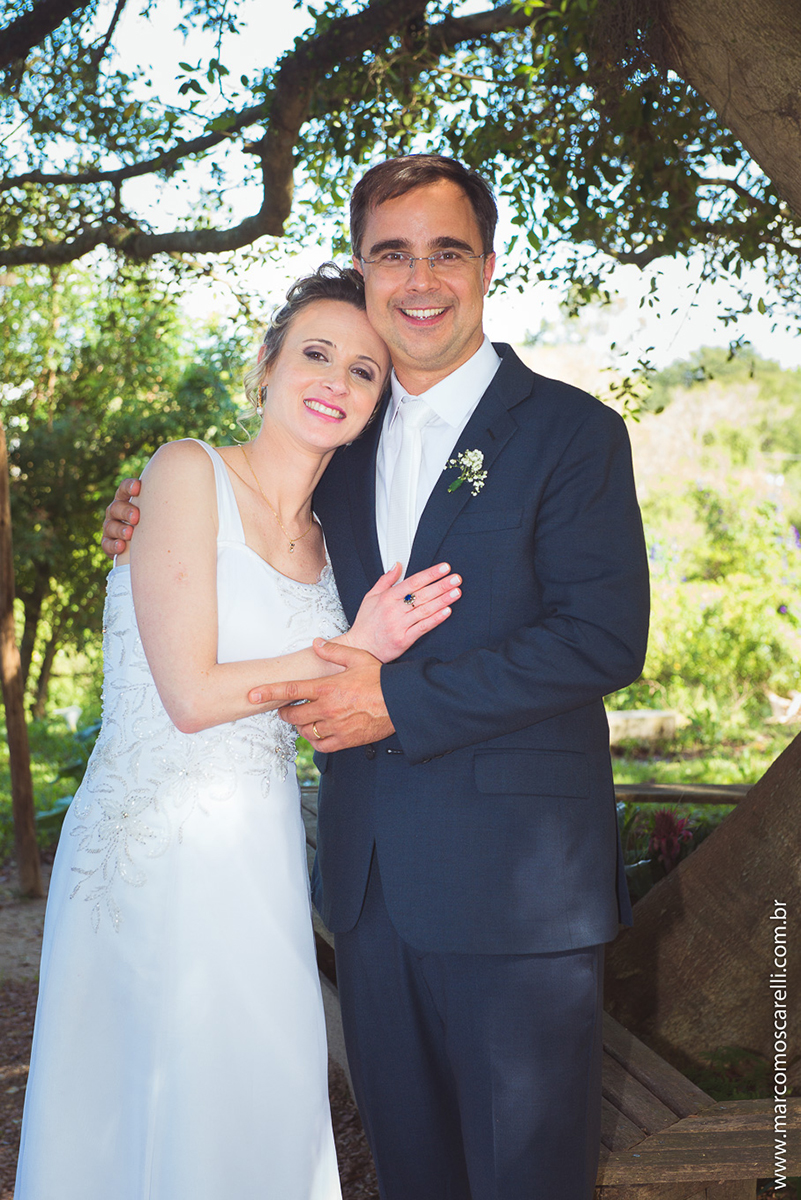 Foto do ensaio pós casamento dos noivos com um lindo fundo verde da natureza. Foto por Marco Moscarelli