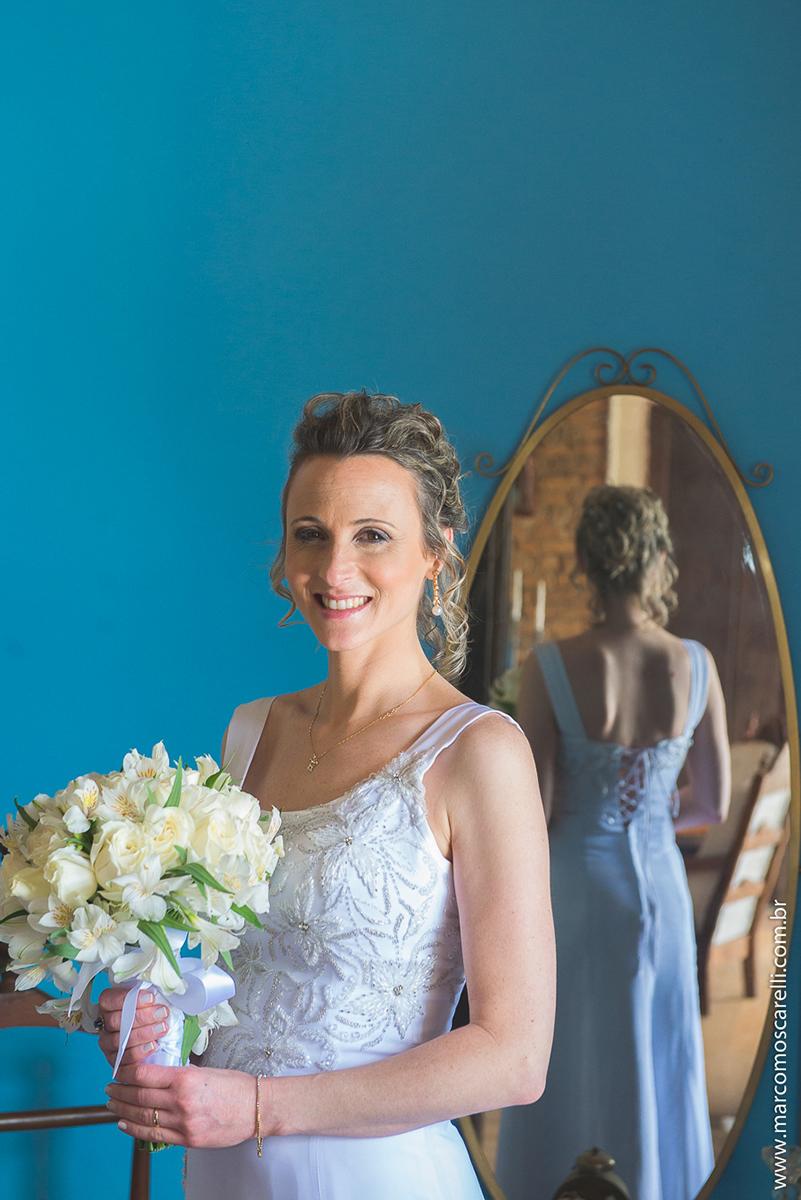 Noiva posando para foto no seu pós casamento. Foto por Marco Moscarelli