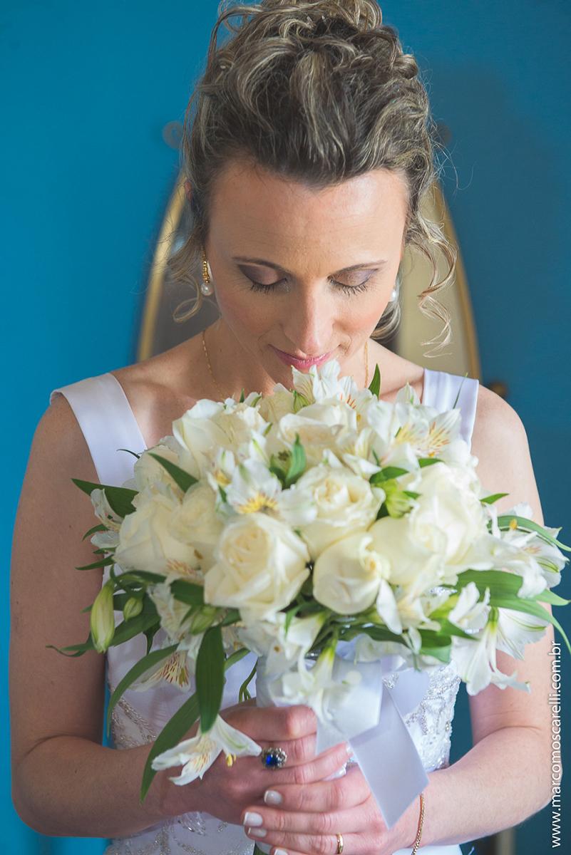 Noiva posando para foto com seu lindo buque de noiva no seu pós casamento. Foto por Marco Moscarelli