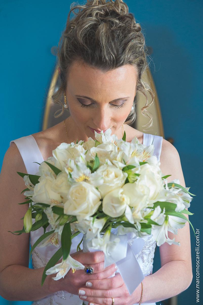 Noiva posando para foto com seu lindo buquê de noiva  no seu pós casamento. Foto por Marco Moscarelli