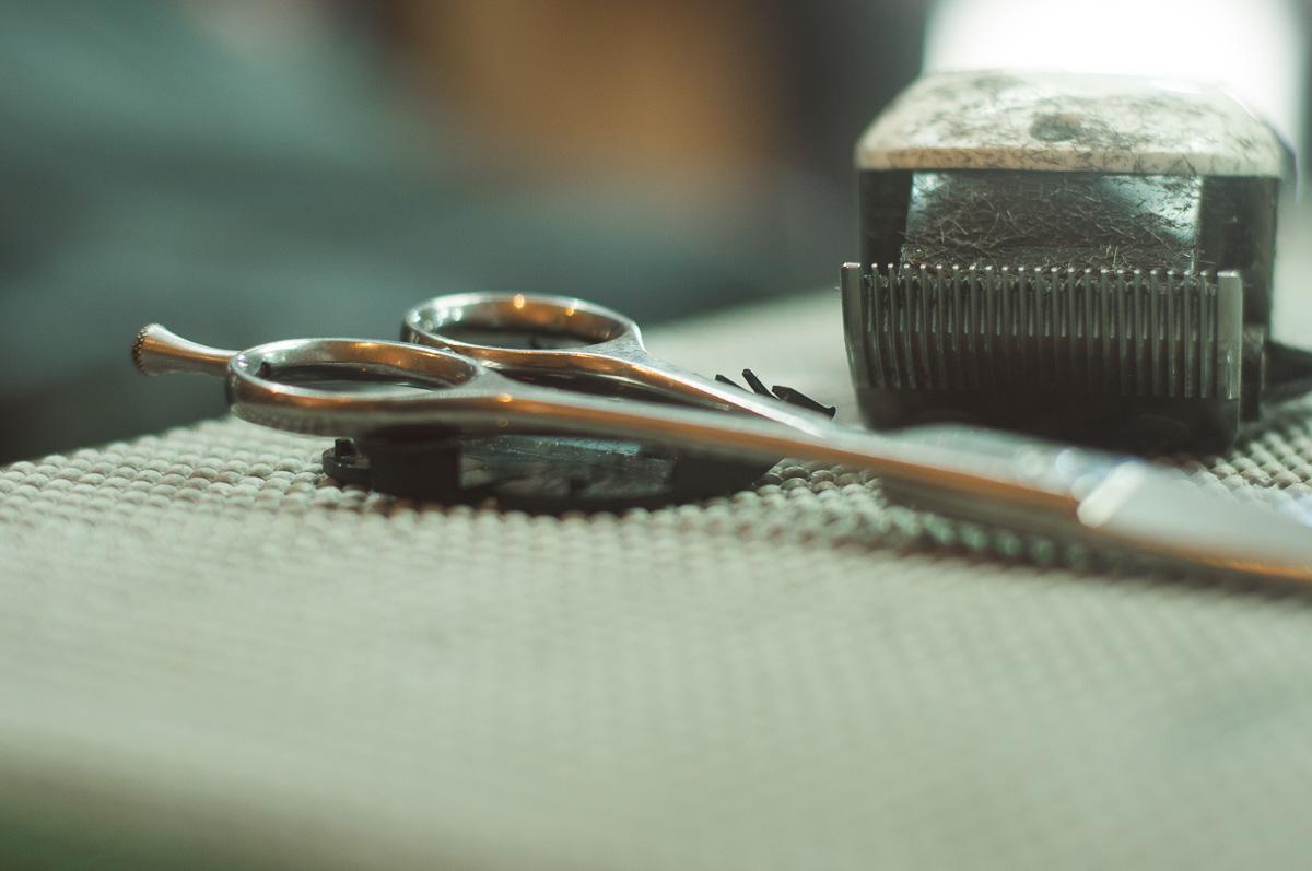 Detalhe das tesouras e pentes durante o making of do noivo. Foto de Marco Moscarelli. Casamento Clube Caça e Pesca