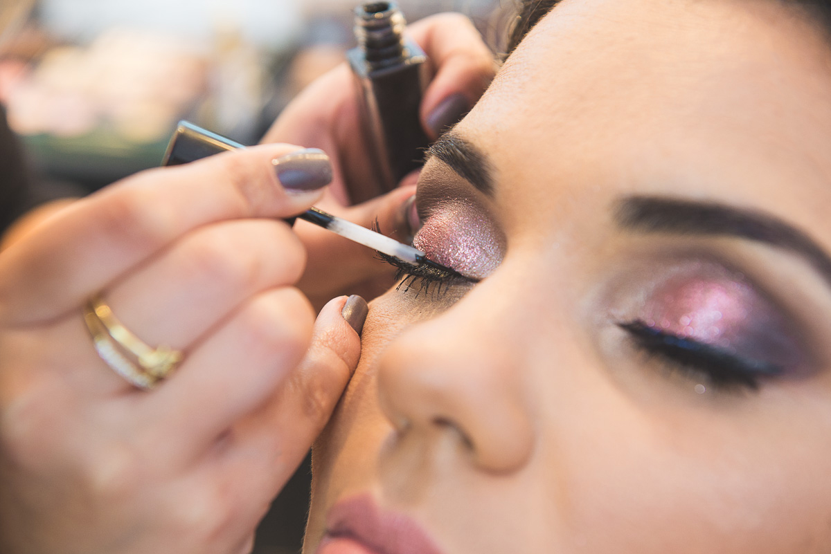 Detalhe da maquiagem da noiva durante o making of da noivaFoto Marco Moscarelli. Casamento Clube Caça e Pesca Pelotas