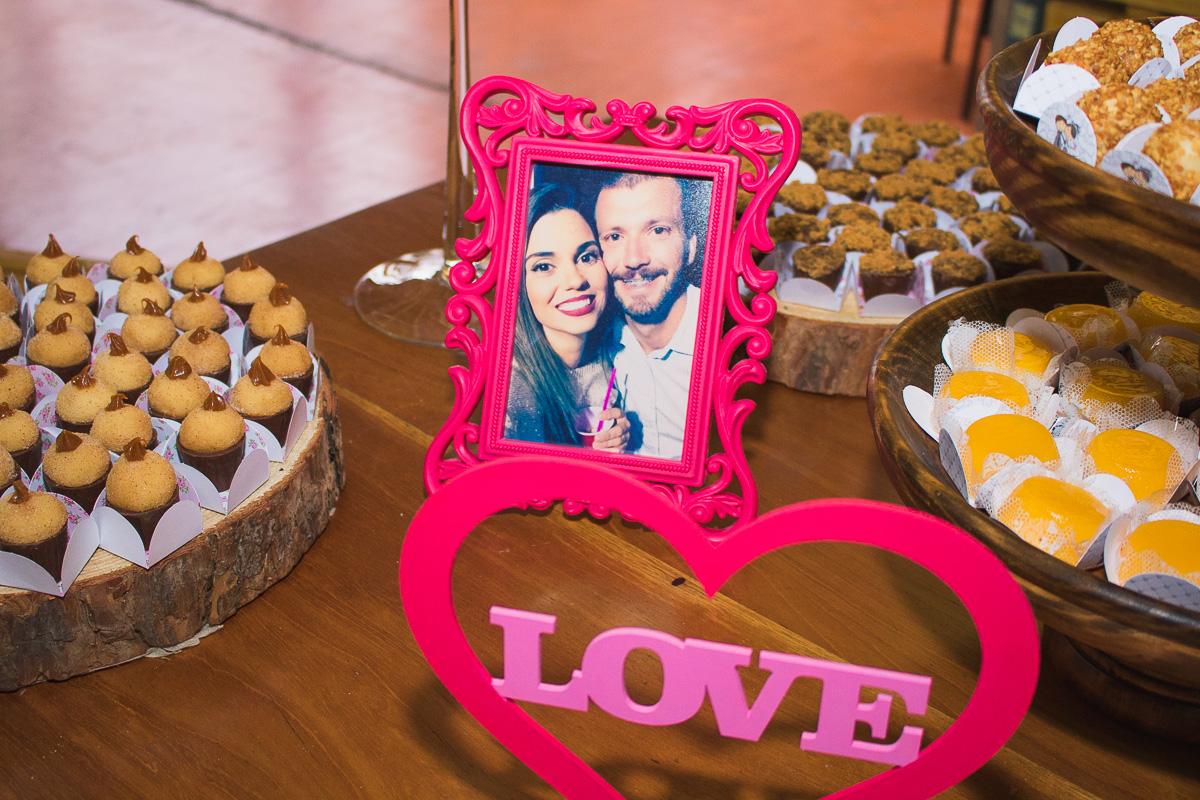 Detalhe da decoração do casamento com fotos dos noivos na mesa do bolo.l Foto Marco Moscarelli. Casamento Clube Caça e Pesca Pelotas