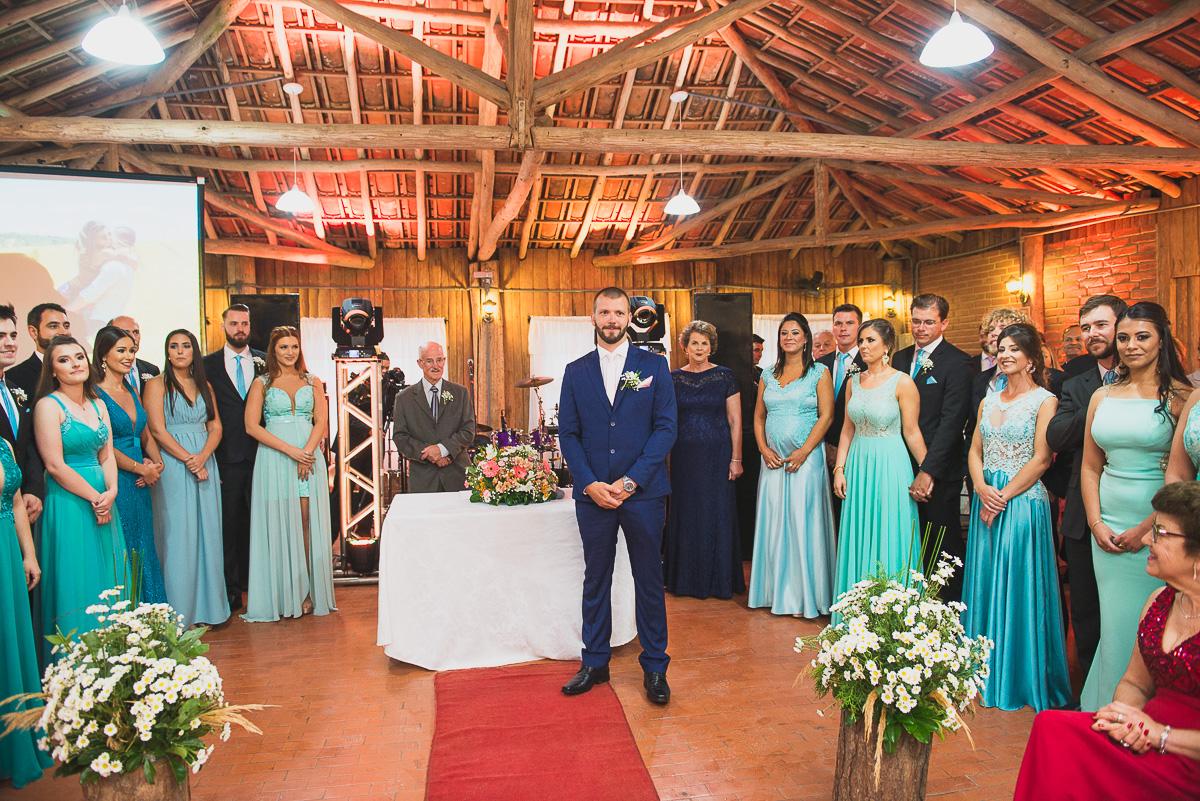 Noivo aguardando no altar do casamento. Foto Marco Moscarelli. Casamento Clube Caça e Pesca Pelotas