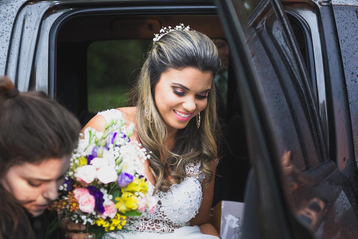 Noiva descendo do carro para a ceromônia de casamento. Foto Marco Moscarelli. Casamento Clube Caça e Pesca Pelotas