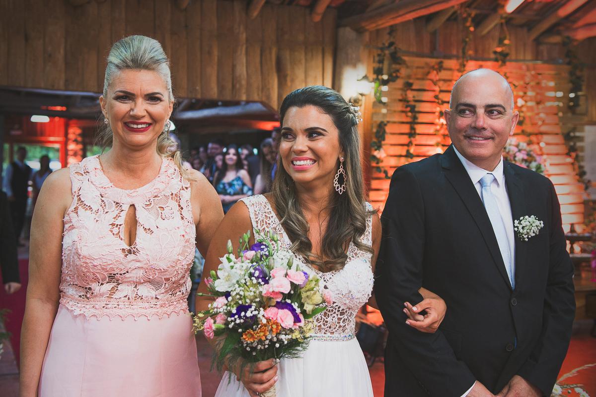 Noiva acompanhada dos pais e muito sorridente entrenado no casamento. Foto Marco Moscarelli. Casamento Clube Caça e Pesca Pelotas