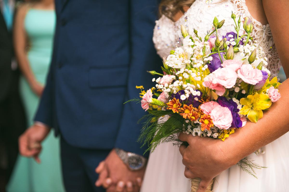 Detalhe da noiva segurando o seu buque durante o casamento. Foto Marco Moscarelli. Casamento Clube Caça e Pesca Pelotas