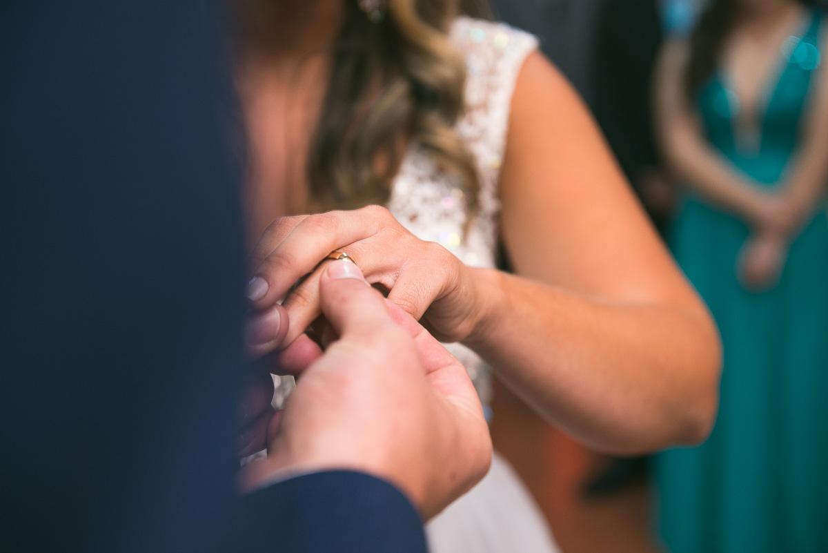 Detalhe do dedo da noiva enquanto o noivo coloca a aliança de casamento. Foto Marco Moscarelli. Casamento Clube Caça e Pesca Pelotas