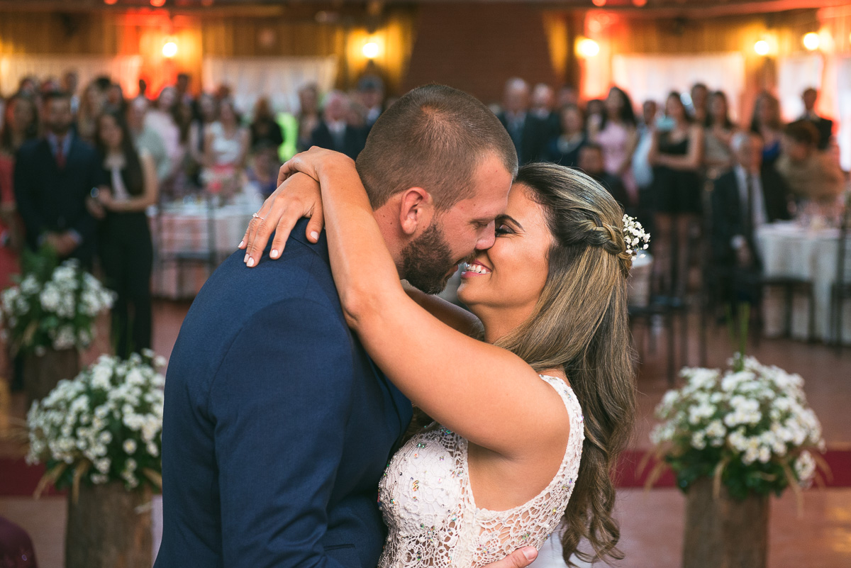 Beijo dos noivos após a celebração do casamento. Foto Marco Moscarelli. Casamento Clube Caça e Pesca Pelotas