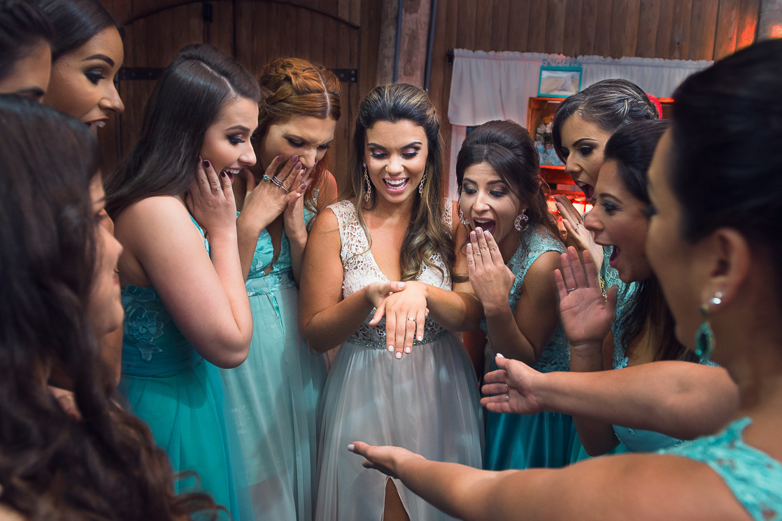 Madrinhas da noiva admirando a aliança da noiva. Foto Marco Moscarelli. Casamento Clube Caça e Pesca Pelotas