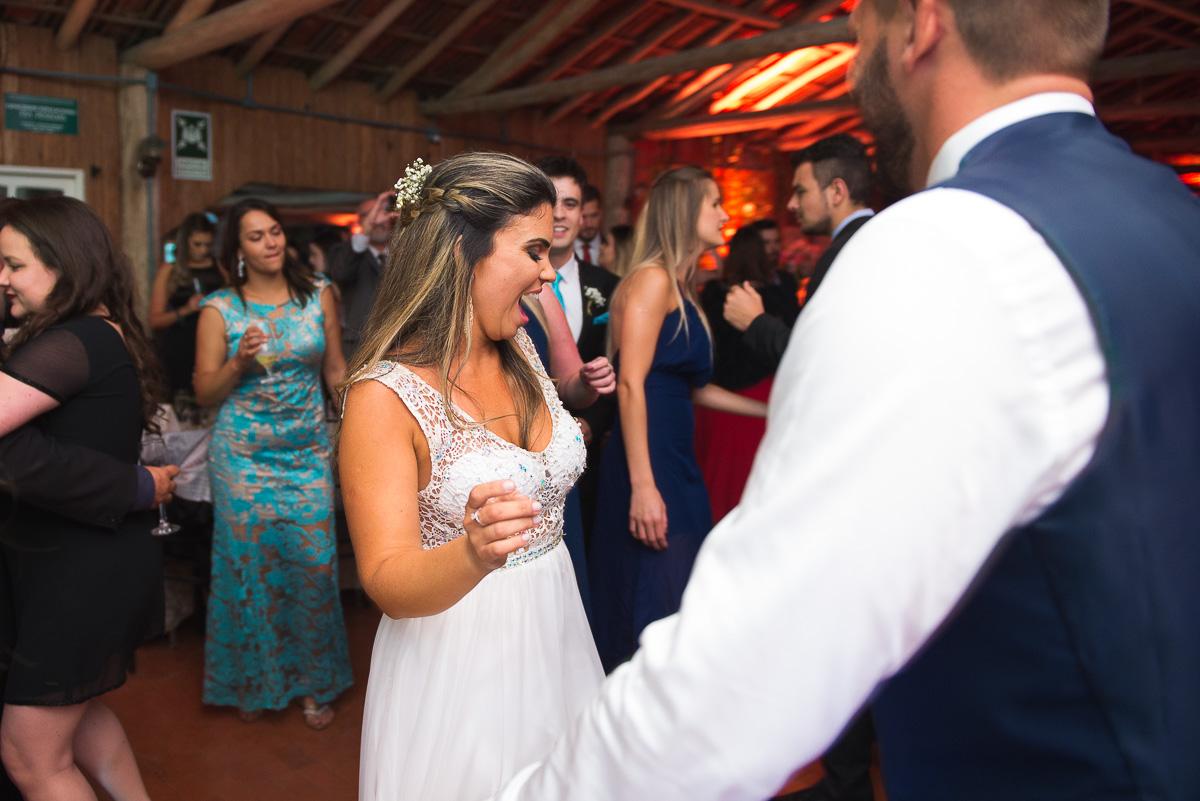 Noiva dançando feliz durante o baiule. Foto Marco Moscarelli. Casamento Clube Caça e Pesca Pelotas