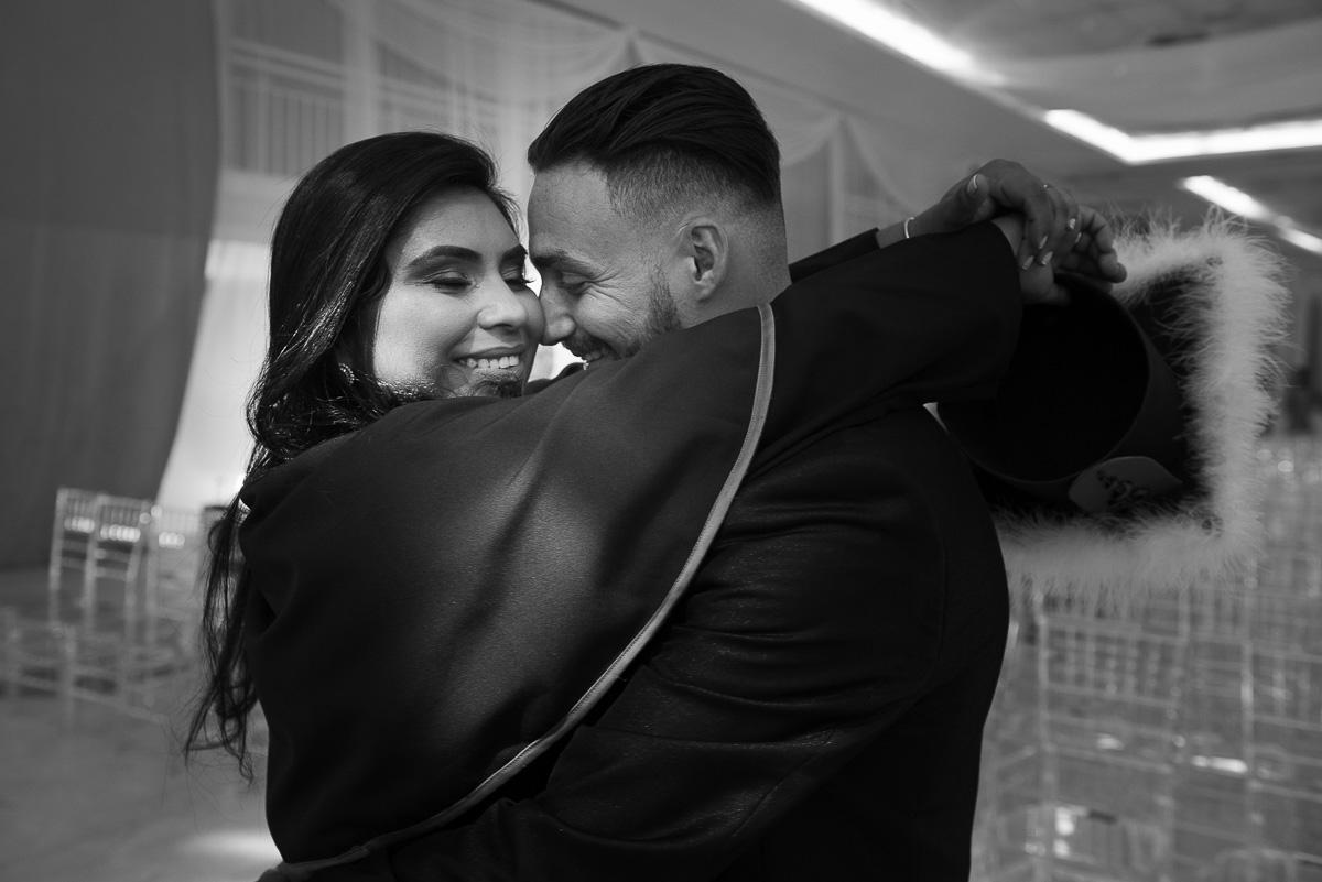 Fotografia em preto e branco da formanda do curso de medicina abraçando seu noivo momentos antes da formadtura. Foto Marco Moscarelli