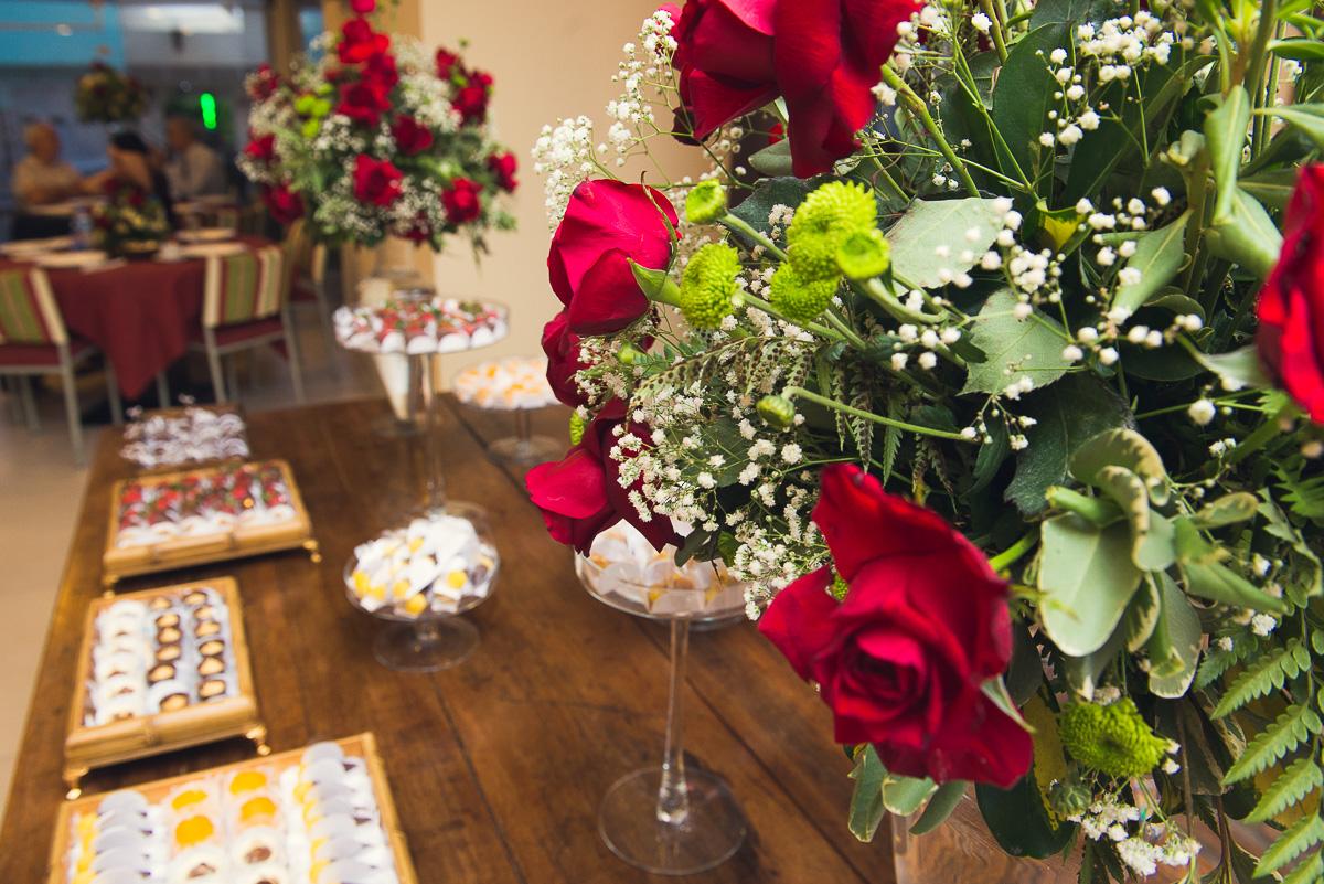 Detalhe da mesa de doces decorada na recepção da formanda de medicina. Foto - Marco Moscarelli
