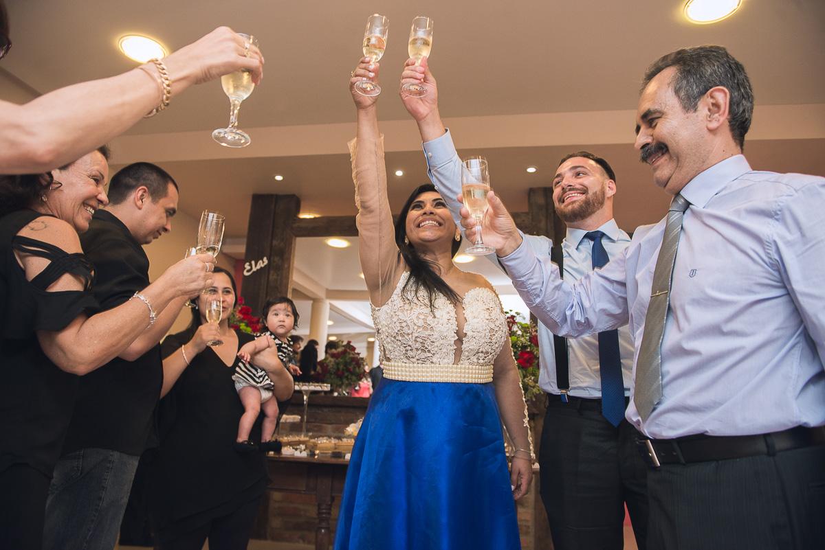 Lin da foto do brinde da formanda de medicina com seus convidados durante a recepção de formatura. Foto - Marco Moscarelli
