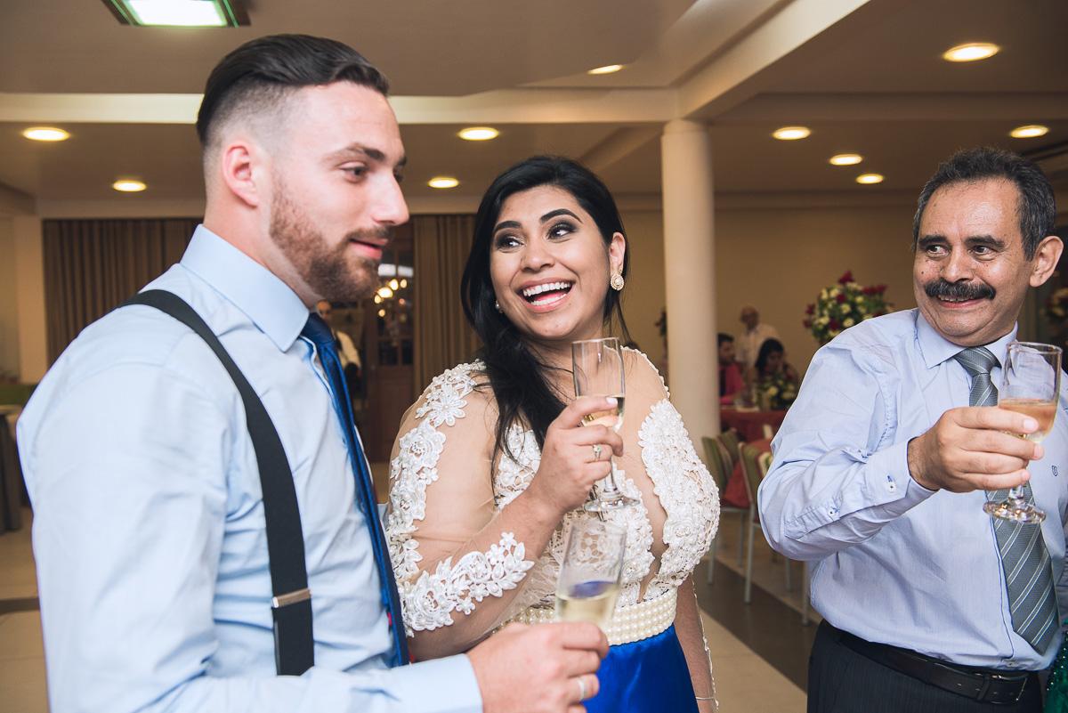 Belo sorriso da formanda de medicina para o seu noivo durante a recepção de formatura. Foto - Marco Moscarelli