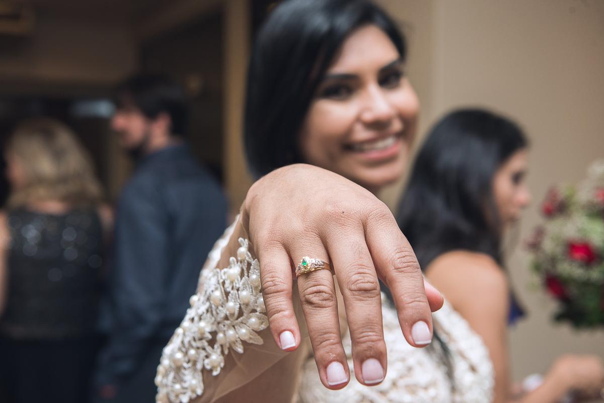 Fotografia em detalhe do anel de formatura da formanda de medicina durante a recepçãp de formatura. Foto - Marco Moscarelli
