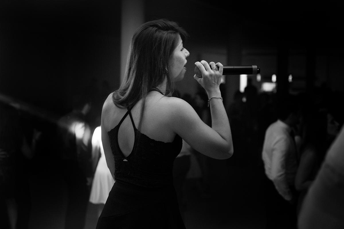 Foto em preto e brqanco da linda cantora Mariana Maciel durante show na recepção de formatura de direito. Foto Marco Moscarelli Fotógrafo