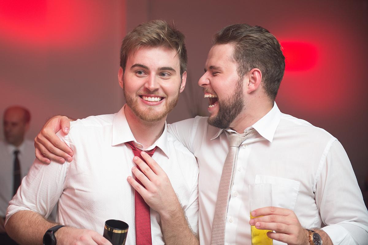 Foto descontraida do formando de direito com seu amigo na festa. Foto Marco Moscarelli Fotógrafo