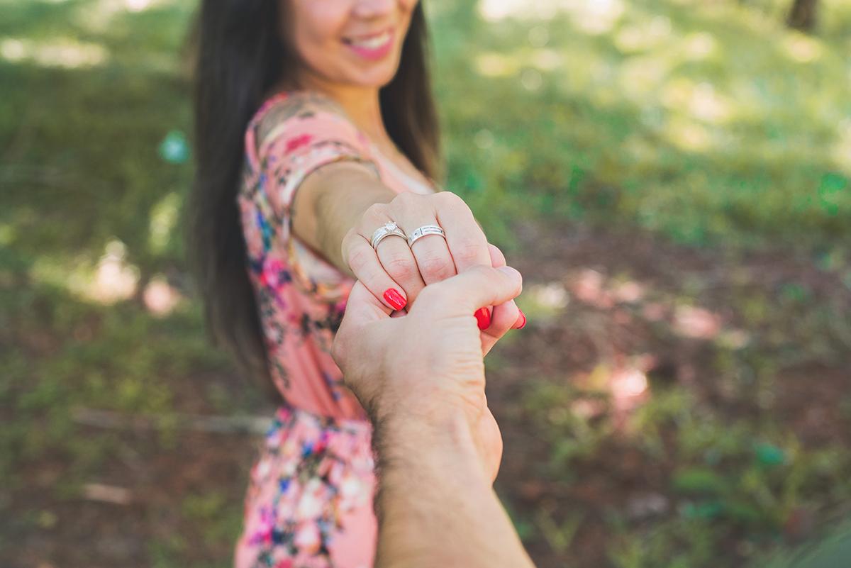 Noivo segurando a mão da noiva durante o ensaio pré Wedding. Foto Marco Moscarelli Fotografo