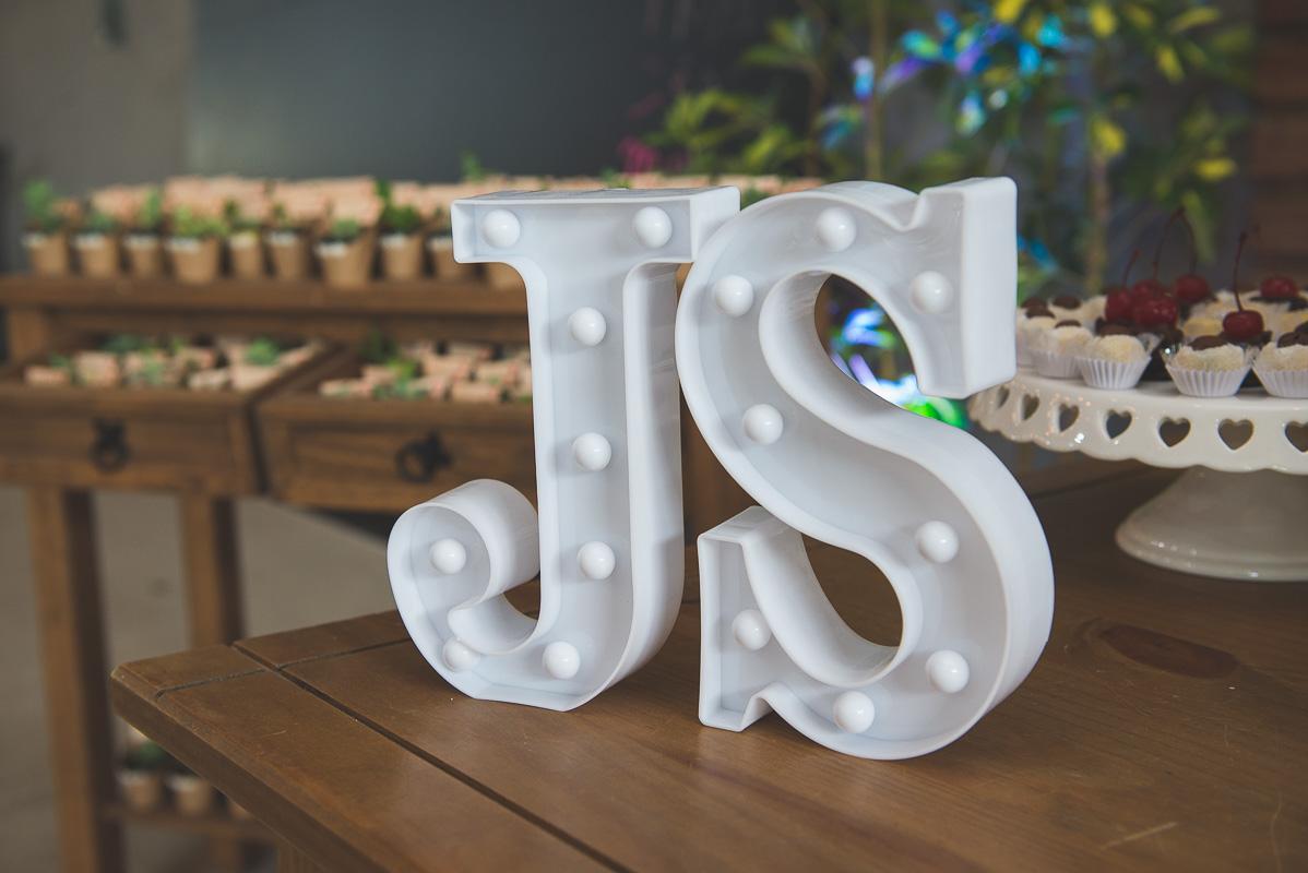 Detalhe das iniciais dos noivos na decoração da recepção após o casamento. Foto por Marco Moscarelli Fotógrafo