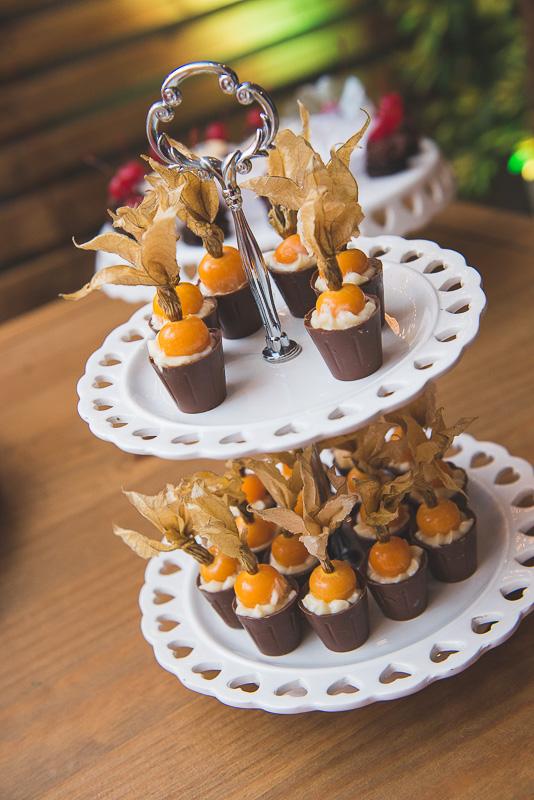 Fotografia dos docinhos que completam a mesa de doces da recepção dos noivos. Foto por Marco Moscarelli Fotógrafo